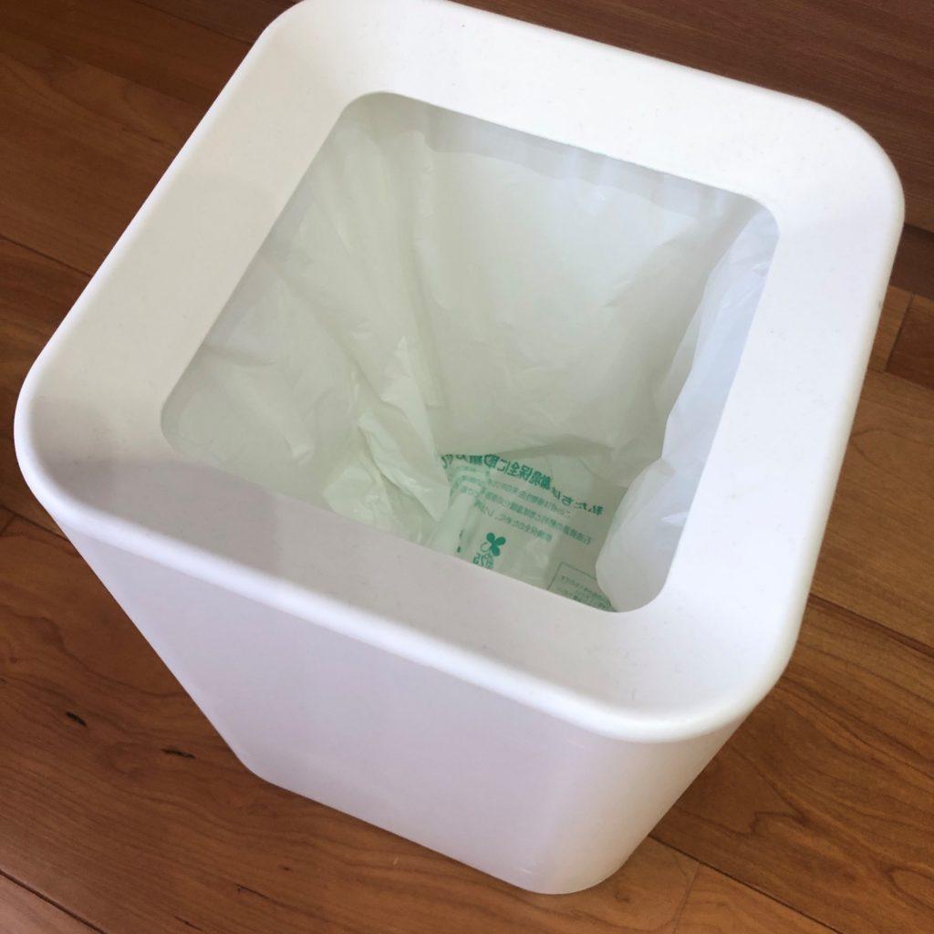 業務スーパーのショッピングバッグNo45をゴミ箱にかぶせて蓋をした状態