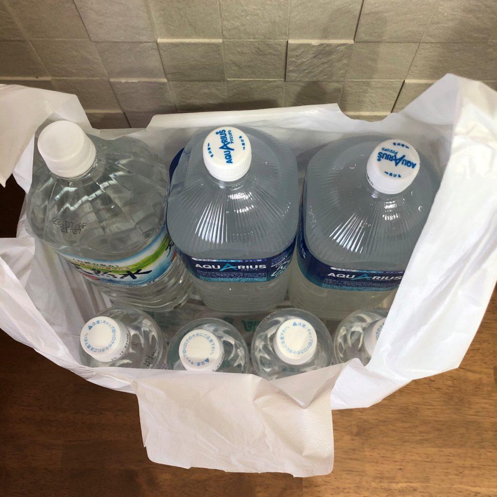 業務スーパーのショッピングバッグNo45に2リットルのペットボトルを3本と500ミリリットルペットボトル4本を入れた状態上から