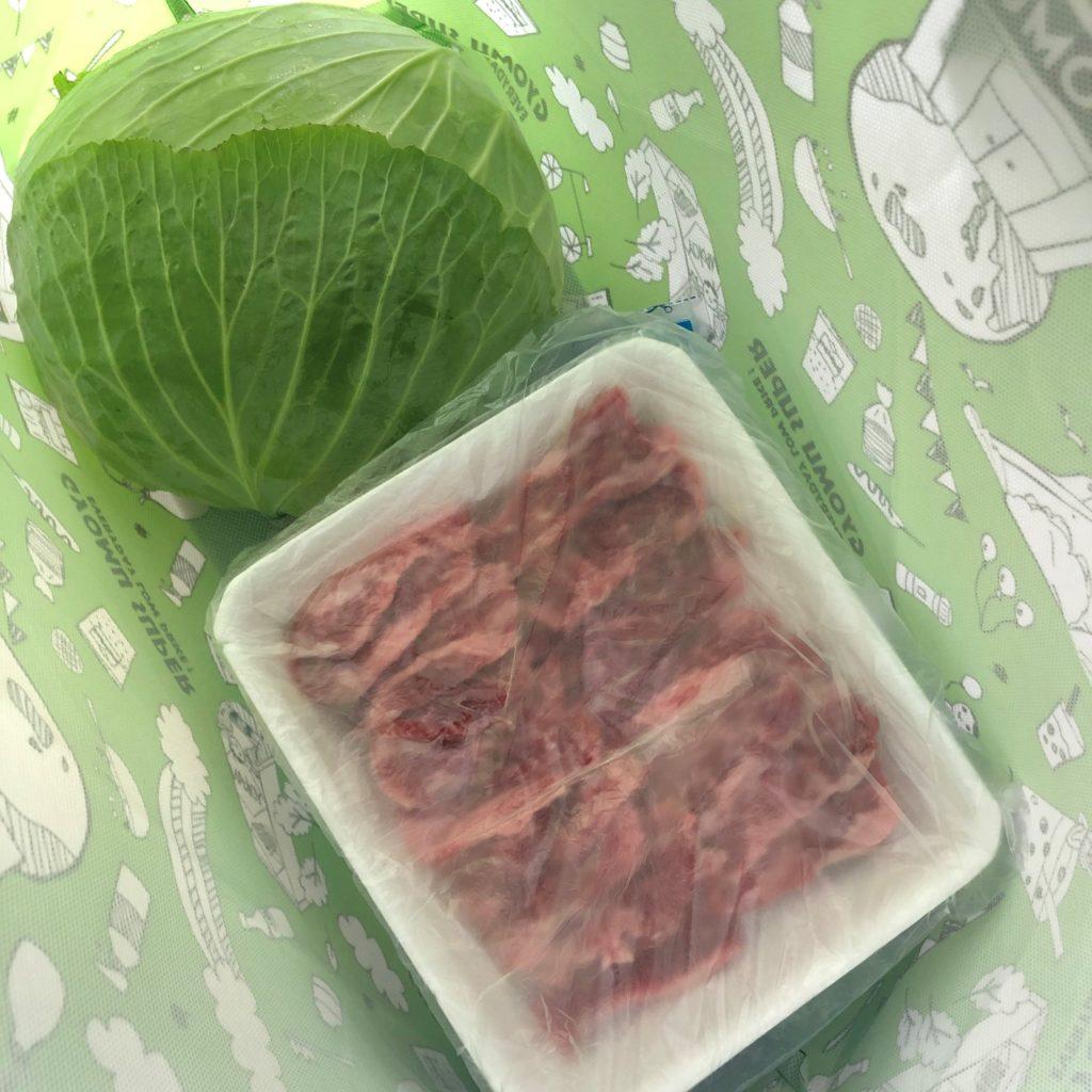 業務スーパーのエコバッグにキャベツ1玉とトレイに入った牛肉を入れてみた