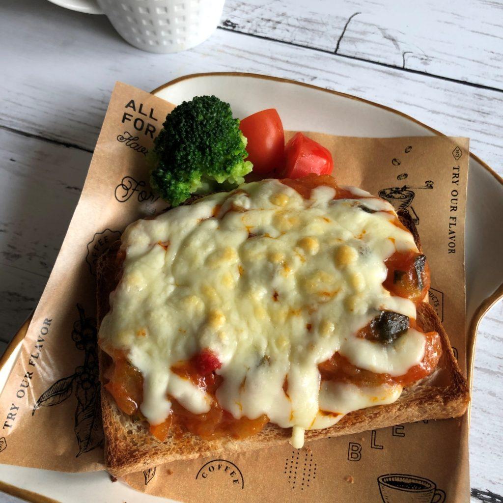 業務スーパーのラタトゥイユをパンにのせてチーズをかけてトースターで焼いた