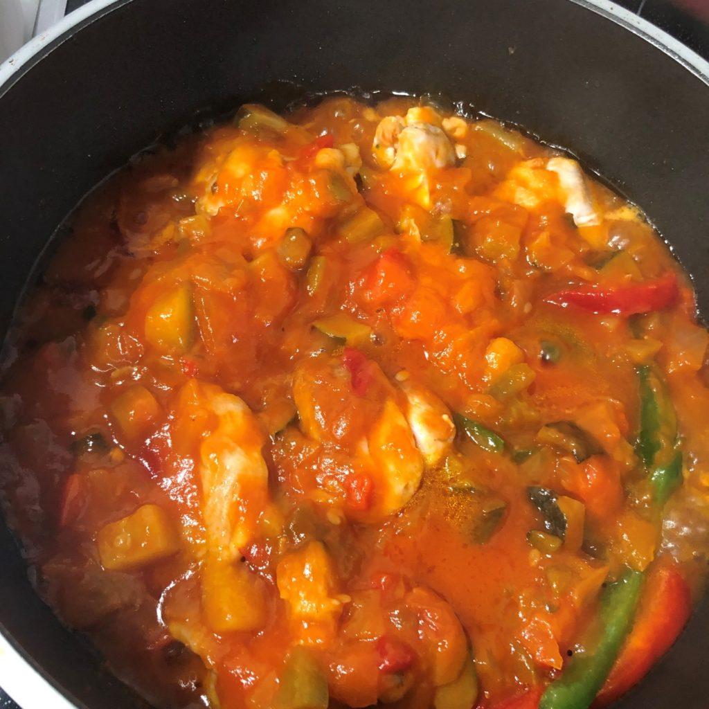 鶏もも肉に火が通った状態のラタトゥイユチキン