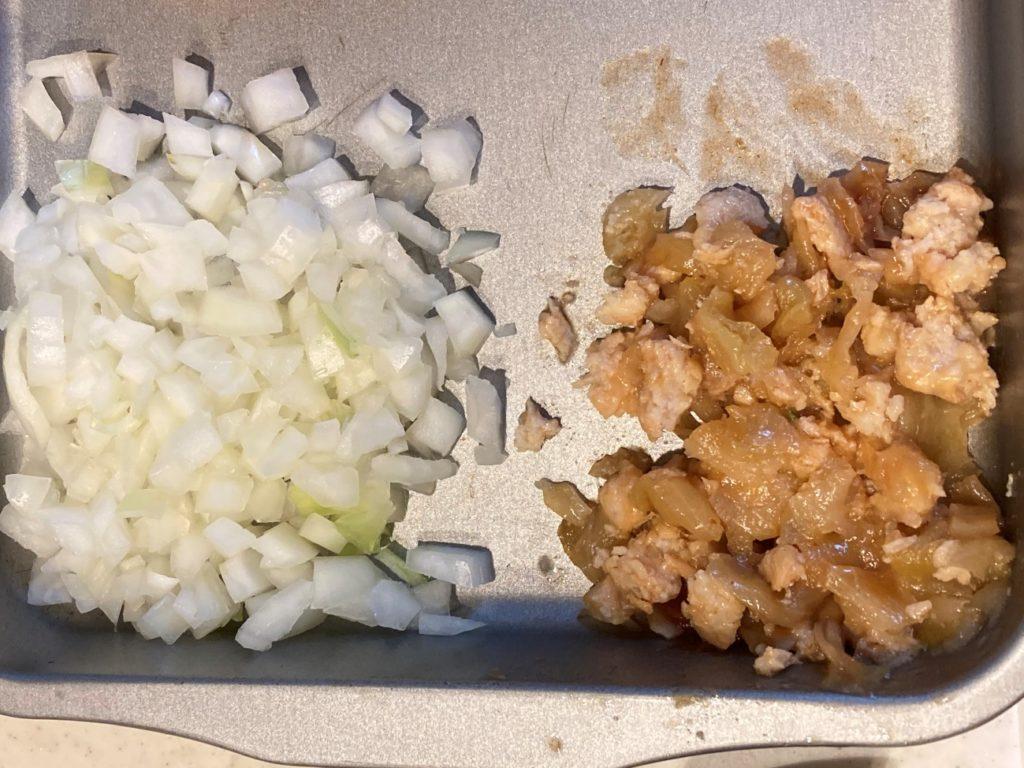 玉ねぎのみじん切りと刻んだロールキャベツのトマト煮