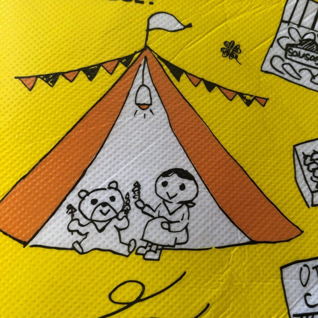 業務スーパーの黄色のエコバッグに描かれてるキャンプして焼き肉を食べてるイラスト