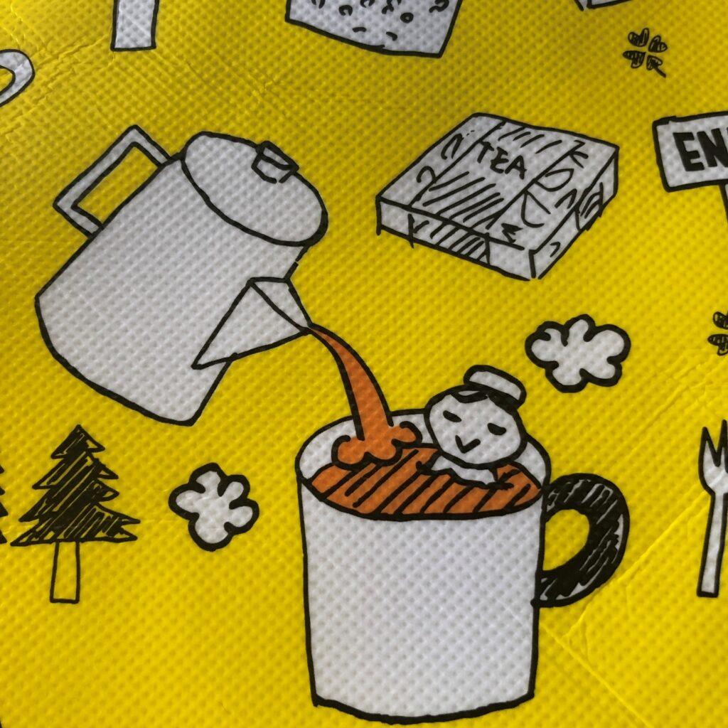 業務スーパーの黄色のエコバッグに描かれてる大きかカップの紅茶風呂に入ってるイラスト