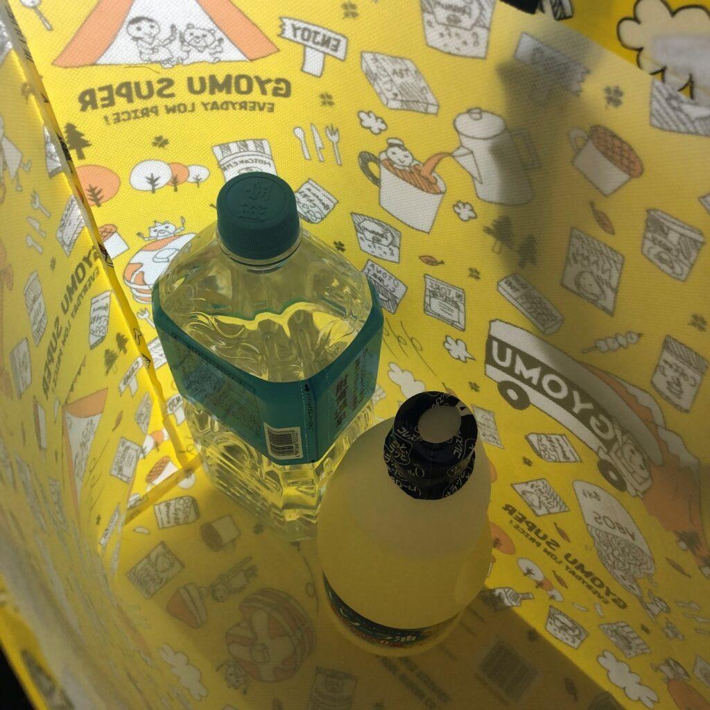 業務スーパーの黄色のエコバッグに2リットルのペットボトルを入れてみた