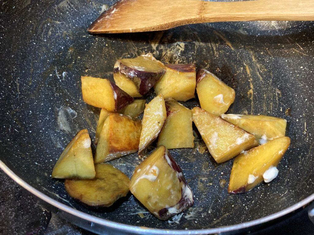 蒸されてさつまいもが柔らかくなったところに醤油とメガマシュマロを入れる