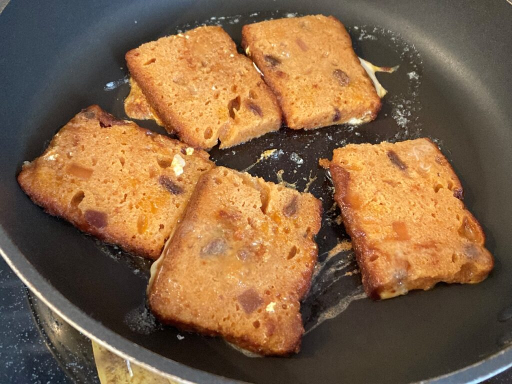 フライパンで卵液が染み込んだスパイスケーキを焼く