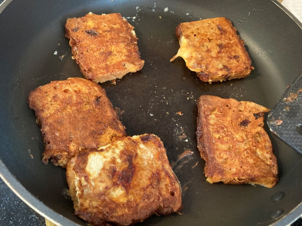焼き目がついたスパイスケーキフレンチトースト