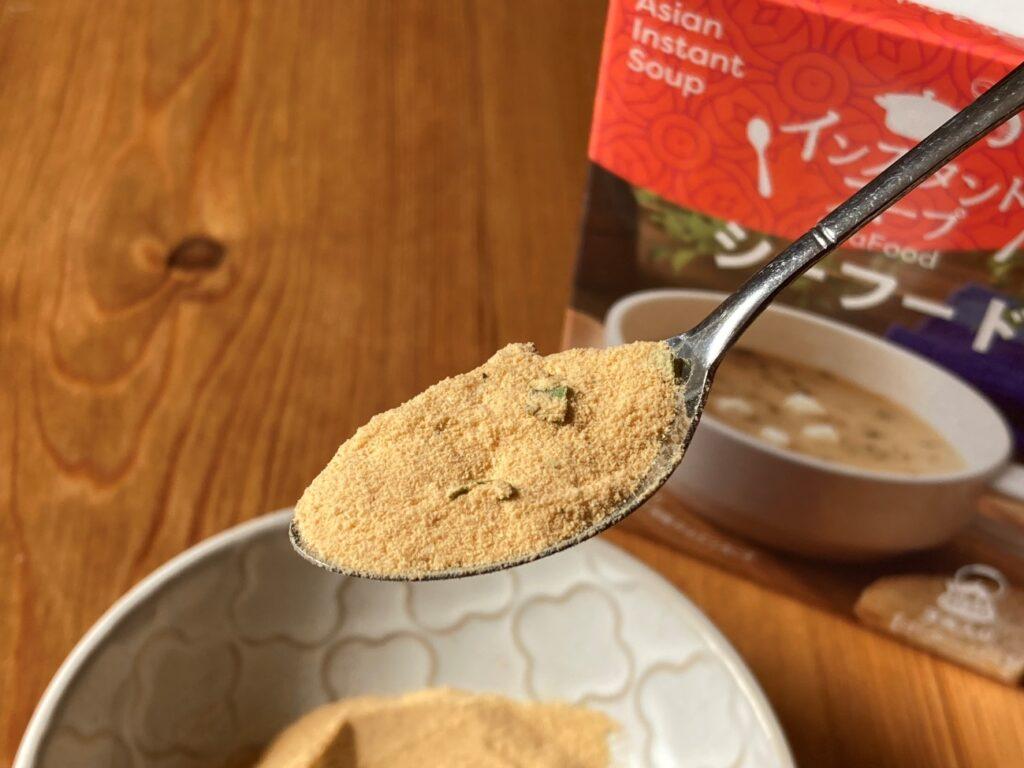 業務スーパーのインスタントスープ・シーフードの顆粒をスプーンですくった状態