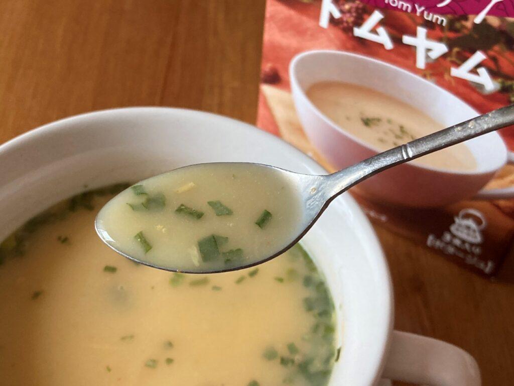 業務スーパーのインスタントスープ・トムヤムで作ったスープをスプーンですくってみた
