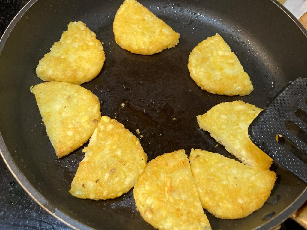フライパンにバターを熱してハッシュブラウンを両面焼く