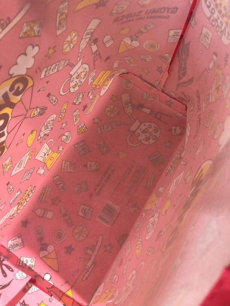 業務スーパーのピンク色のエコバッグを広げた中身