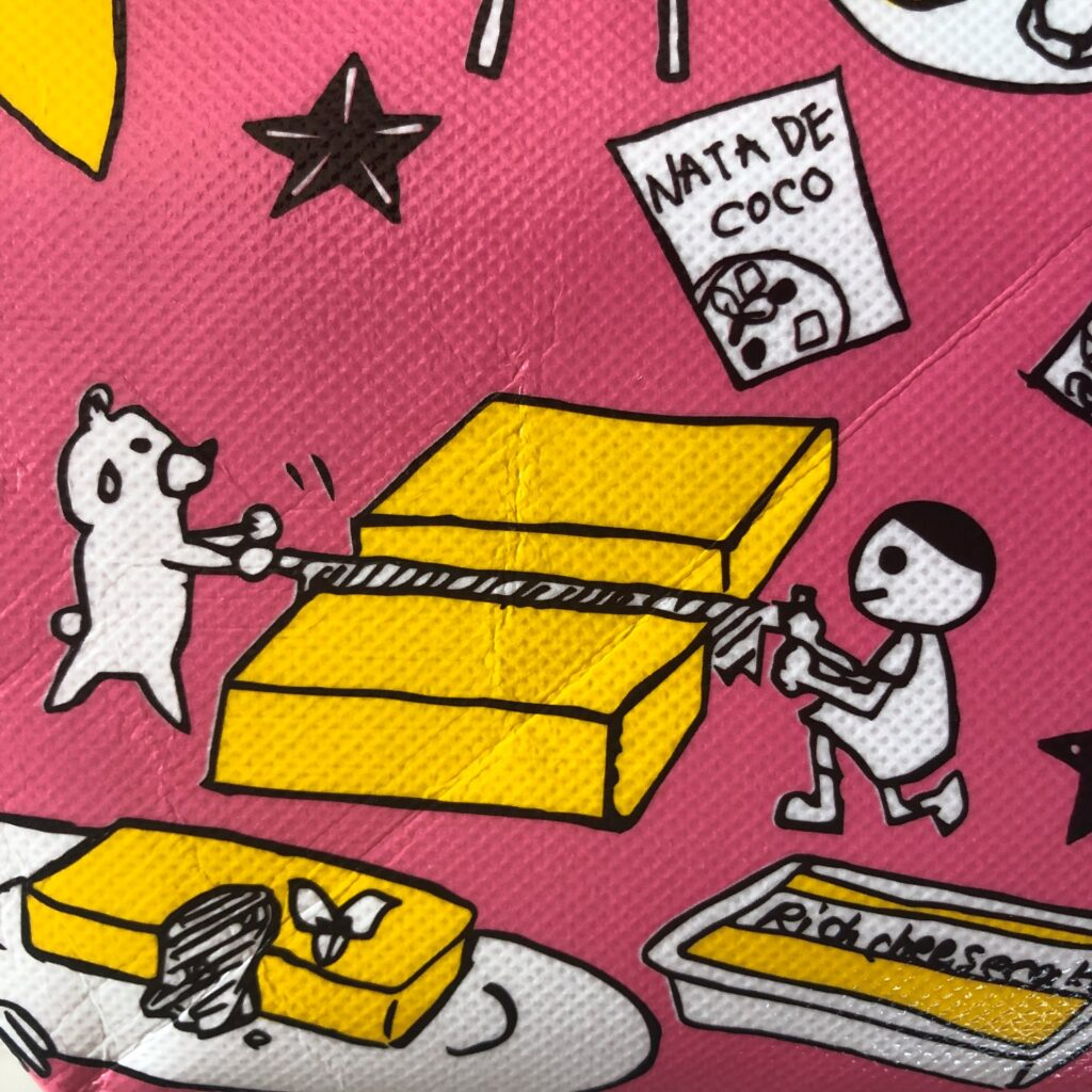 クマとリッチチーズケーキを切ってるイラスト