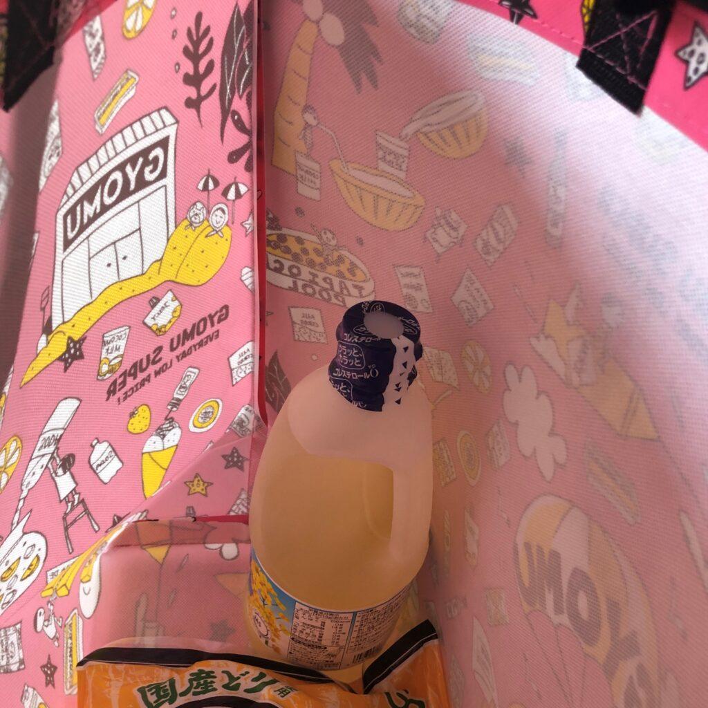 業務スーパーのピンク色のエコバッグに油のボトルを入れてみた