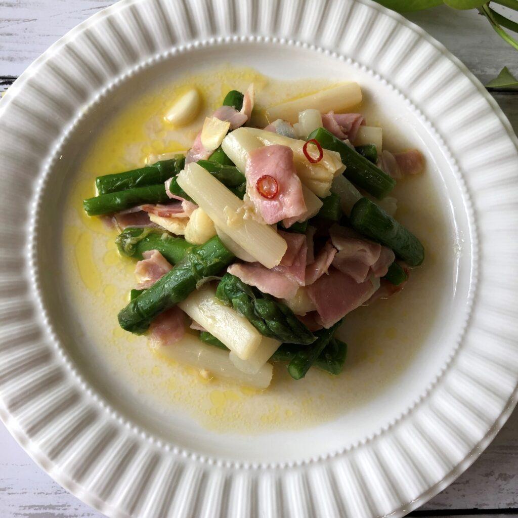 塩コショウで味を調整してホワイトアスパラとグリーンアスパラの炒め物の完成