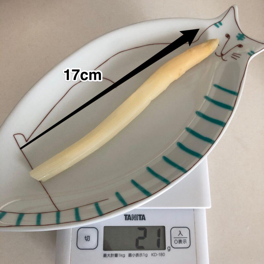 業務スーパーのホワイトアスパラガスの長さ17cmを測りつつと重さ21gを計測