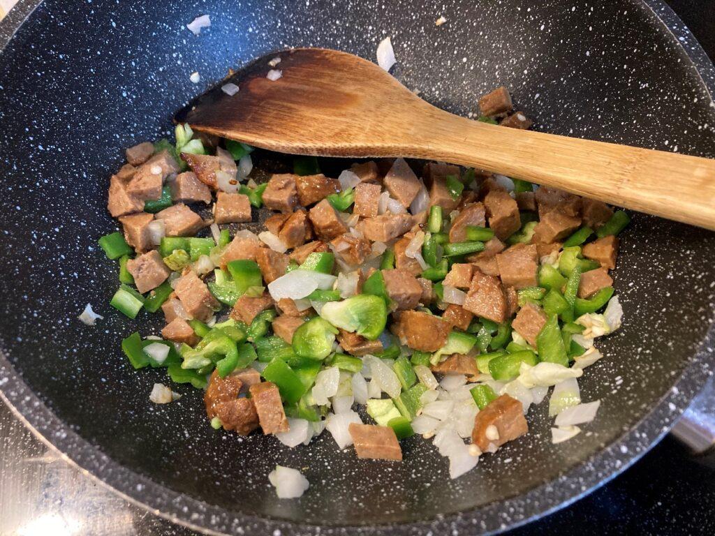 油を敷いて熱したフライパンに玉ねぎピーマン・ハンバーグの順番で入れ炒める