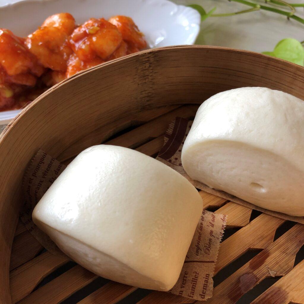 業務スーパーの中華小麦パンとエビチリ