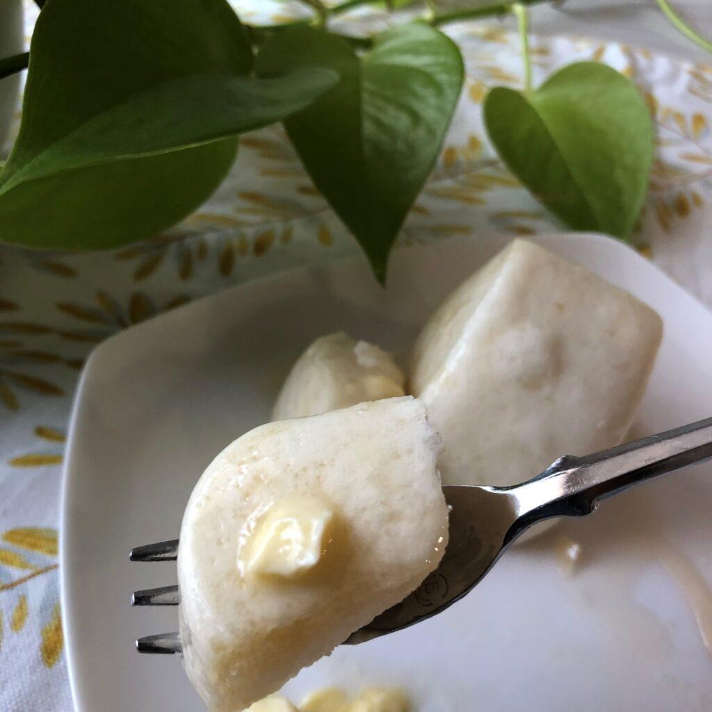 業務スーパーの中華小麦パンにマーガリンをシロップをかけたアップ
