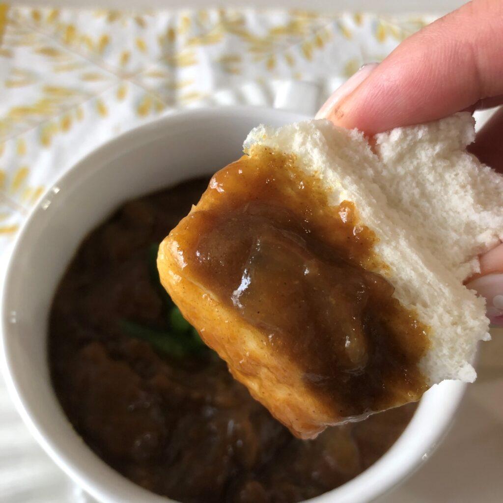 中華小麦パンにカレーをつけてみた