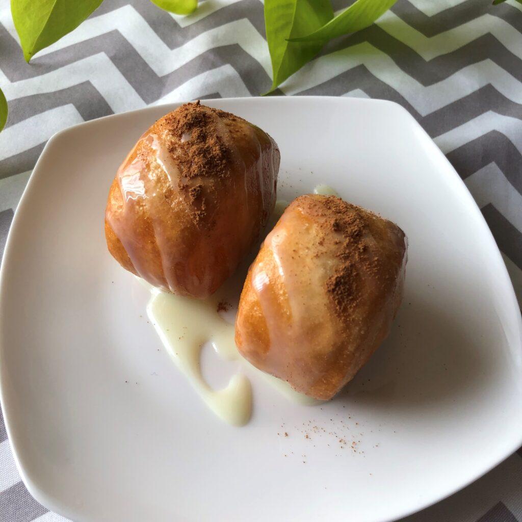 揚げた中華小麦パンに練乳とシナモンをかける