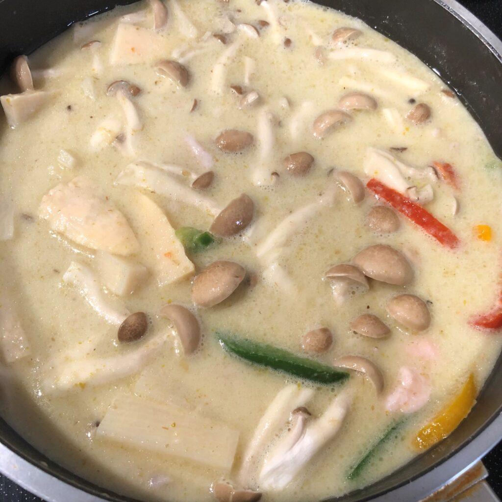 鍋に肉と野菜を入れて弱火で煮込む