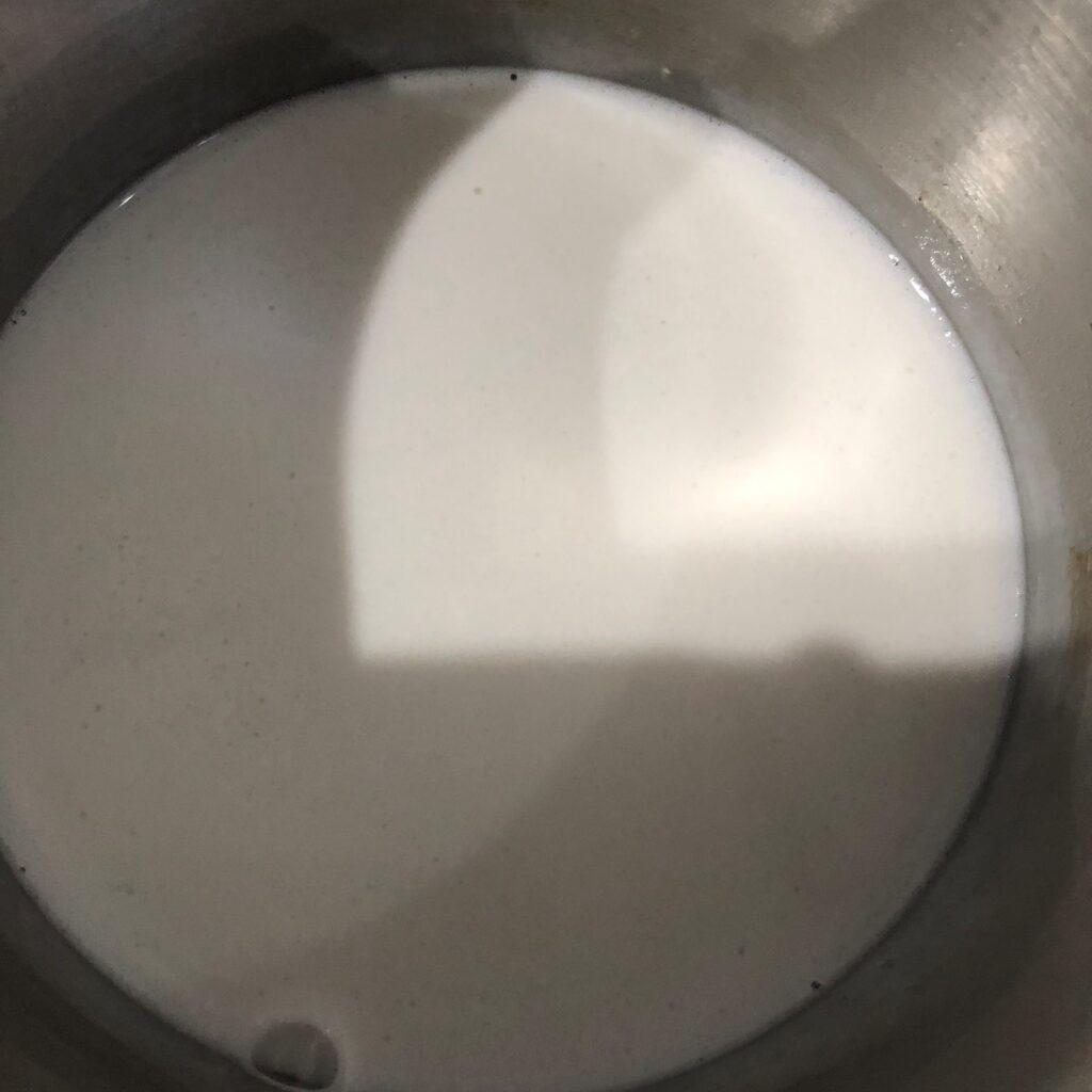 固まってた業務スーパーのココナツミルクを火にかけて1分で完璧に液体に戻った状態