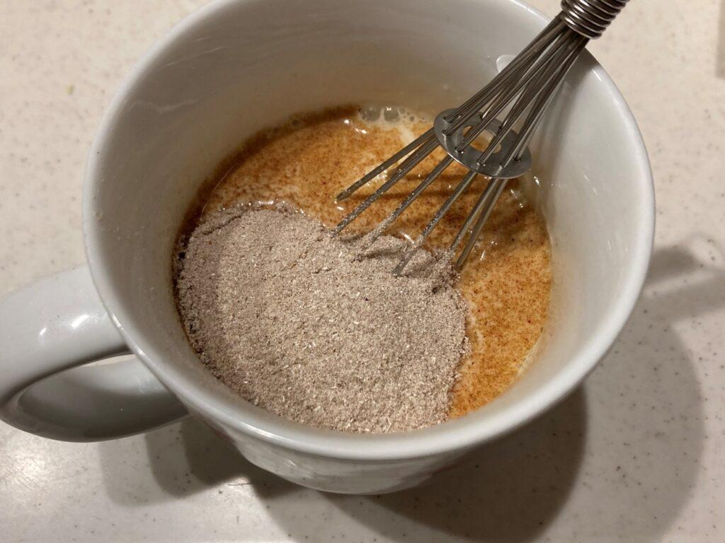 温めた牛乳にインスタントチャイと黒糖を入れ混ぜる