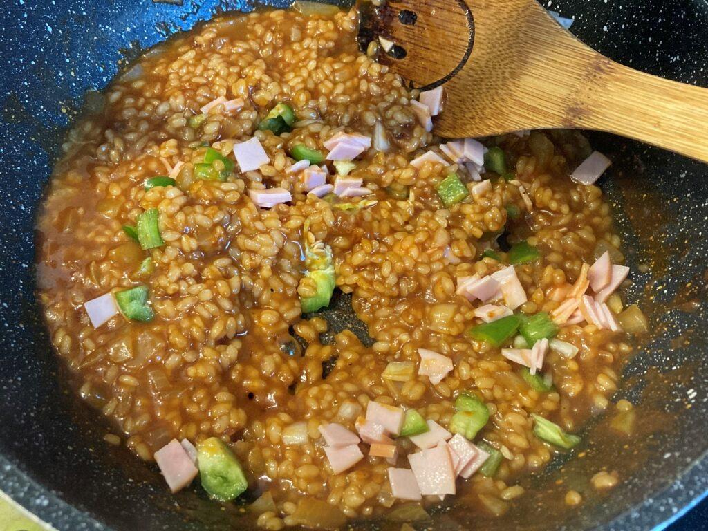 米が炊けてきたらピーマンとハムを入れてさらに火を加える