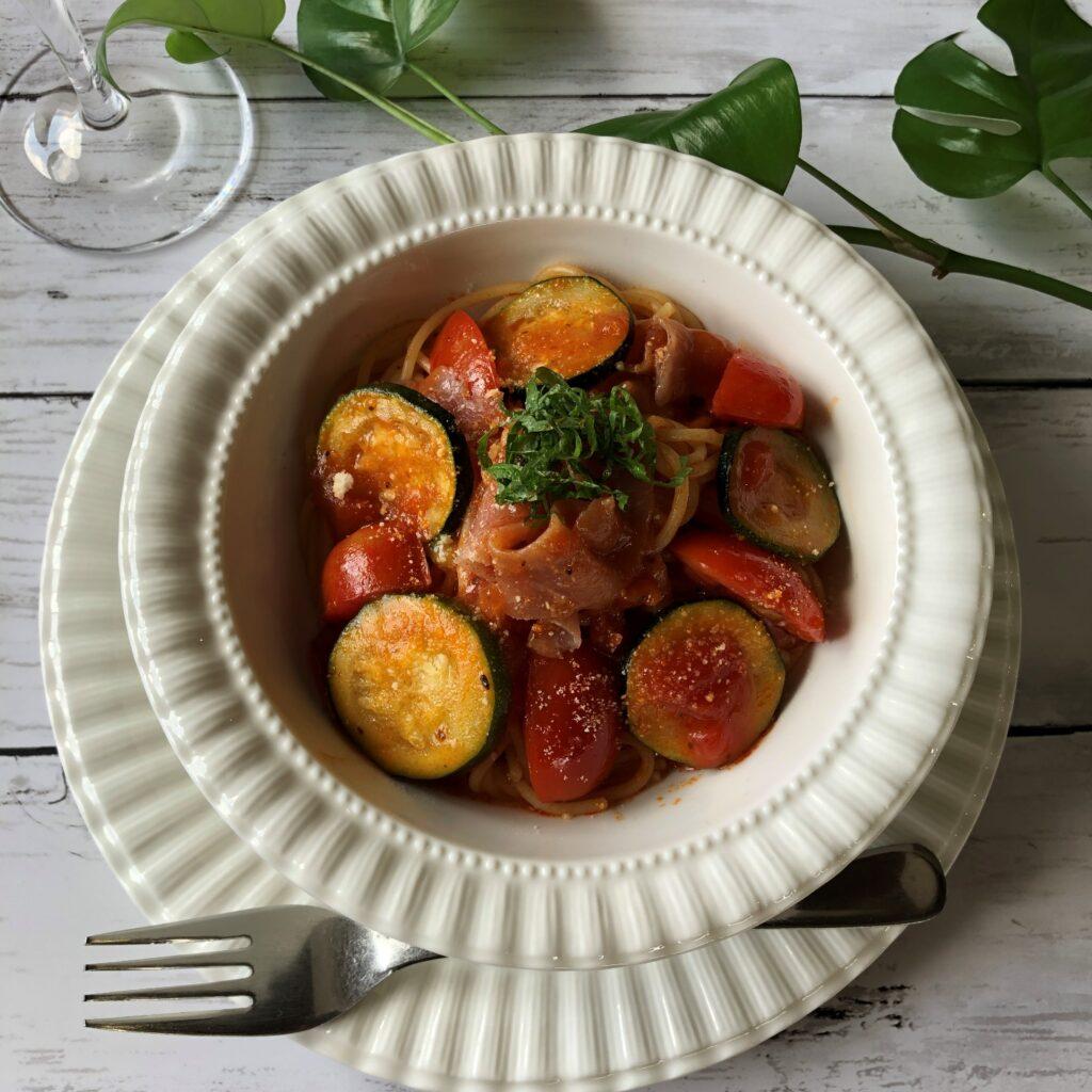 完成したズッキーニと生ハムのトマトパスタ