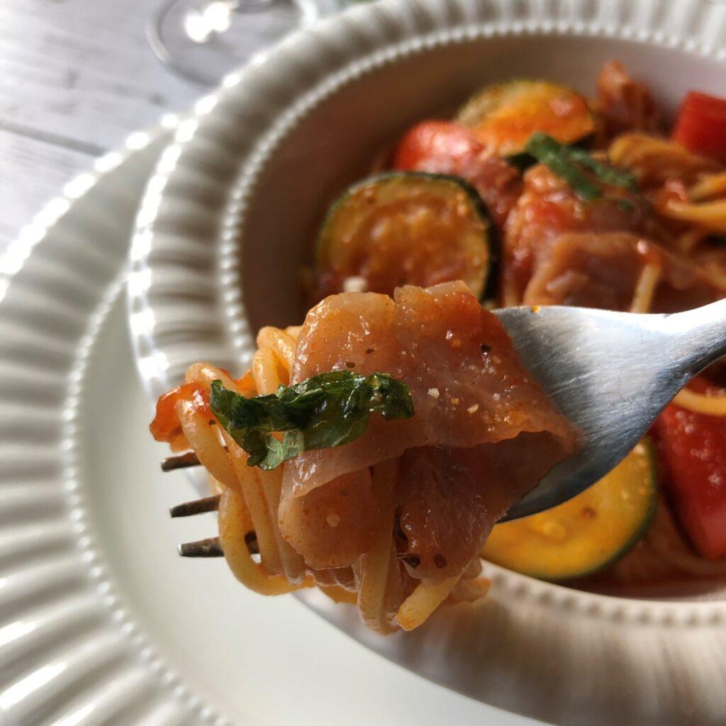 ズッキーニと生ハムのトマトパスタのアップ