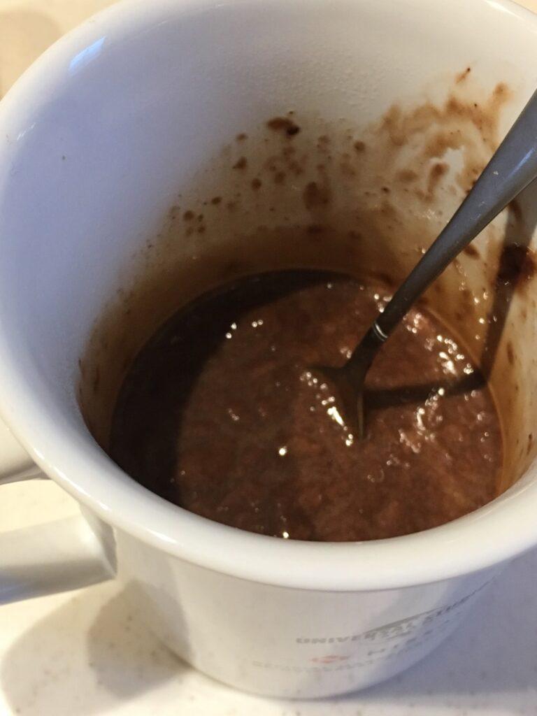 溶けたインスタントコーヒーに業務スーパーのチョコレートトリュフを入れて溶かす