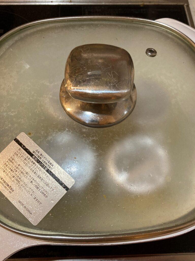 プリンを入れた耐熱容器が入った鍋を弱火で沸騰7分